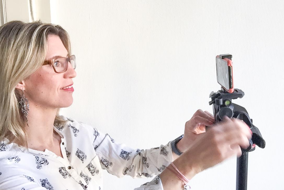 Maxi justiert das Handy auf dem Stativ um ein Seplbstportrait zu machen