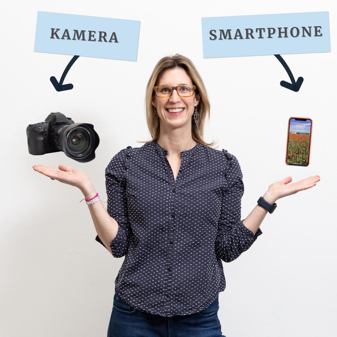 Maxi balanciert eine Kamera und ein Handy auf ihren Händen.