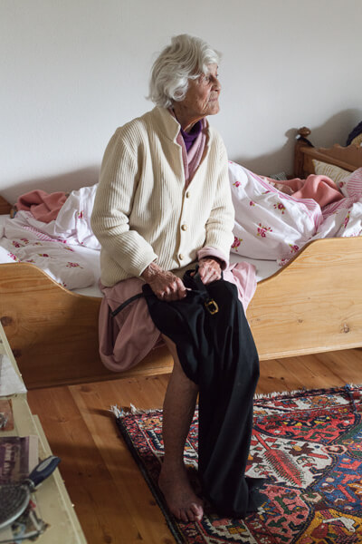Nani sitzt auf dem Bett und schaut nach draussen