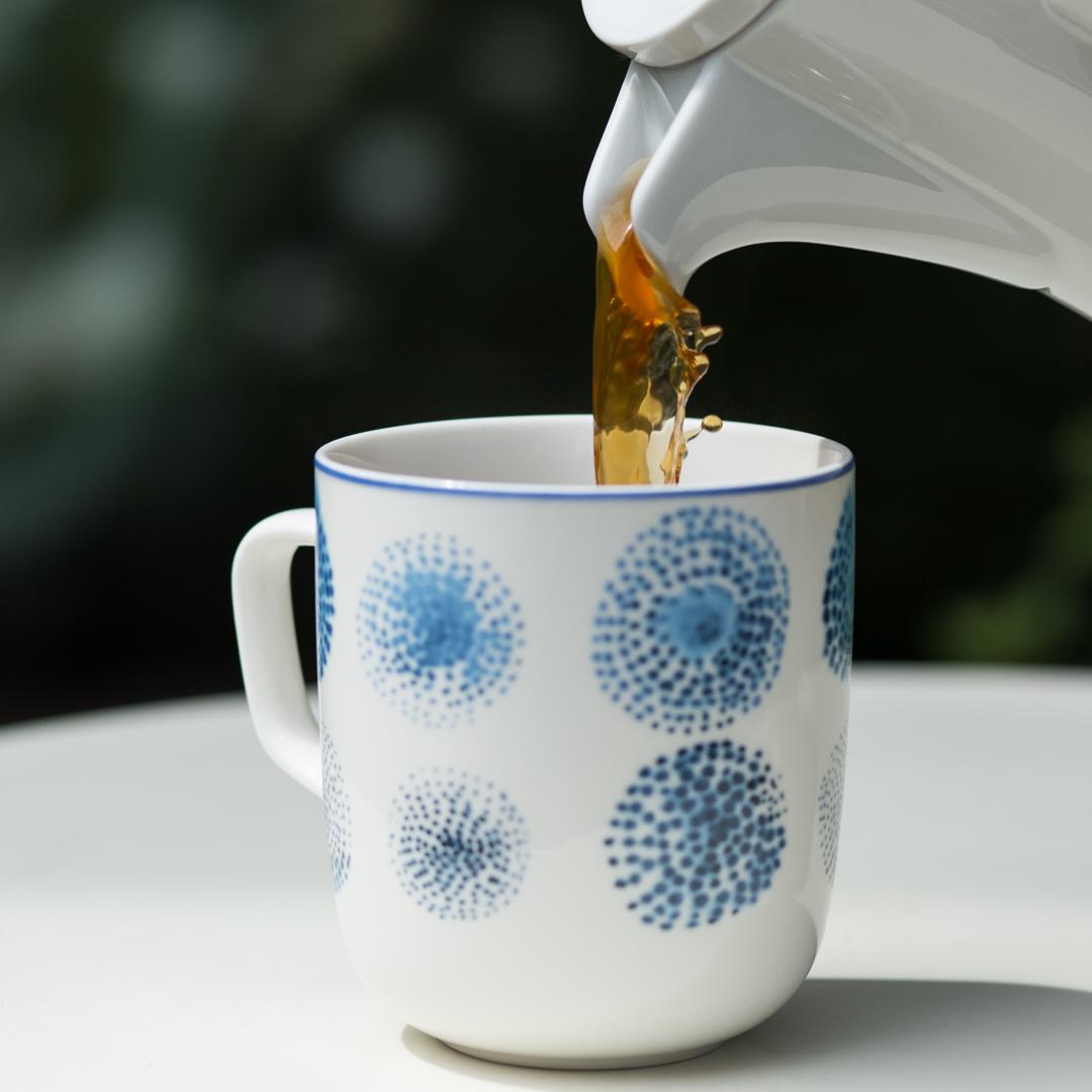 Eine Tasse Kaffee wird eingeschenkt