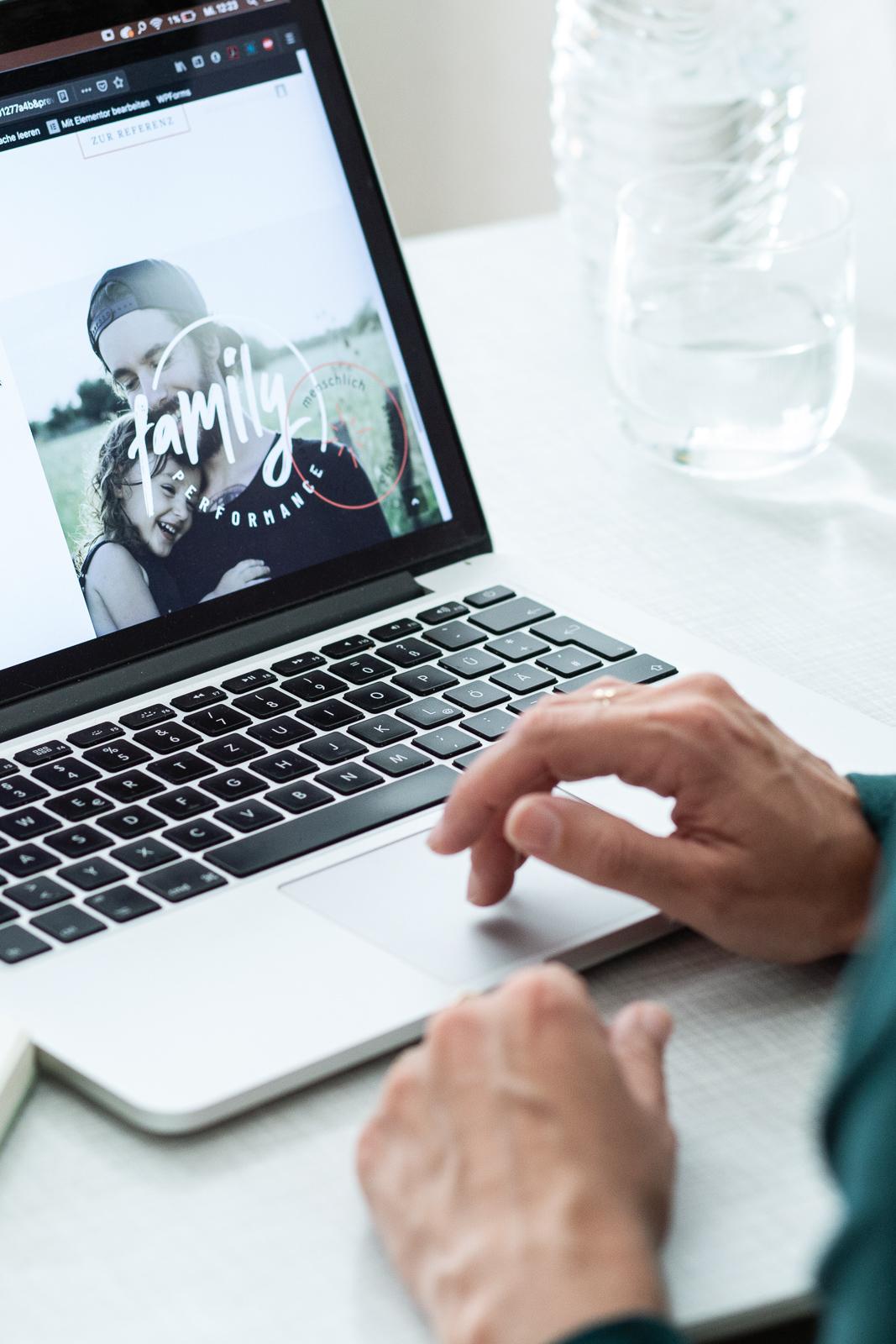 CloseUp von Felis Händen am Laptop