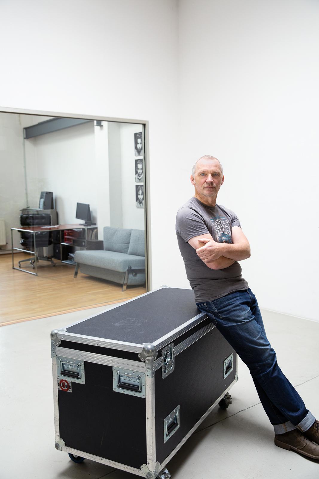 Klaus sitzt auf einem Rollkoffer