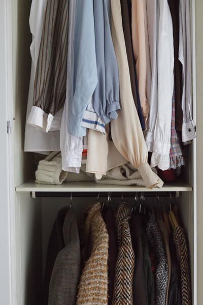 Im Kleiderschrank hängen ganz viele Blusen