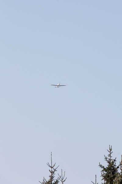 Am Himmel ist ein Flugzeug zu sehen