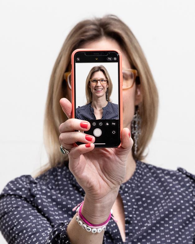 Maxi hält das Handy vor ihr Gesicht, so als ob sie ein Selbstportrait machen würde