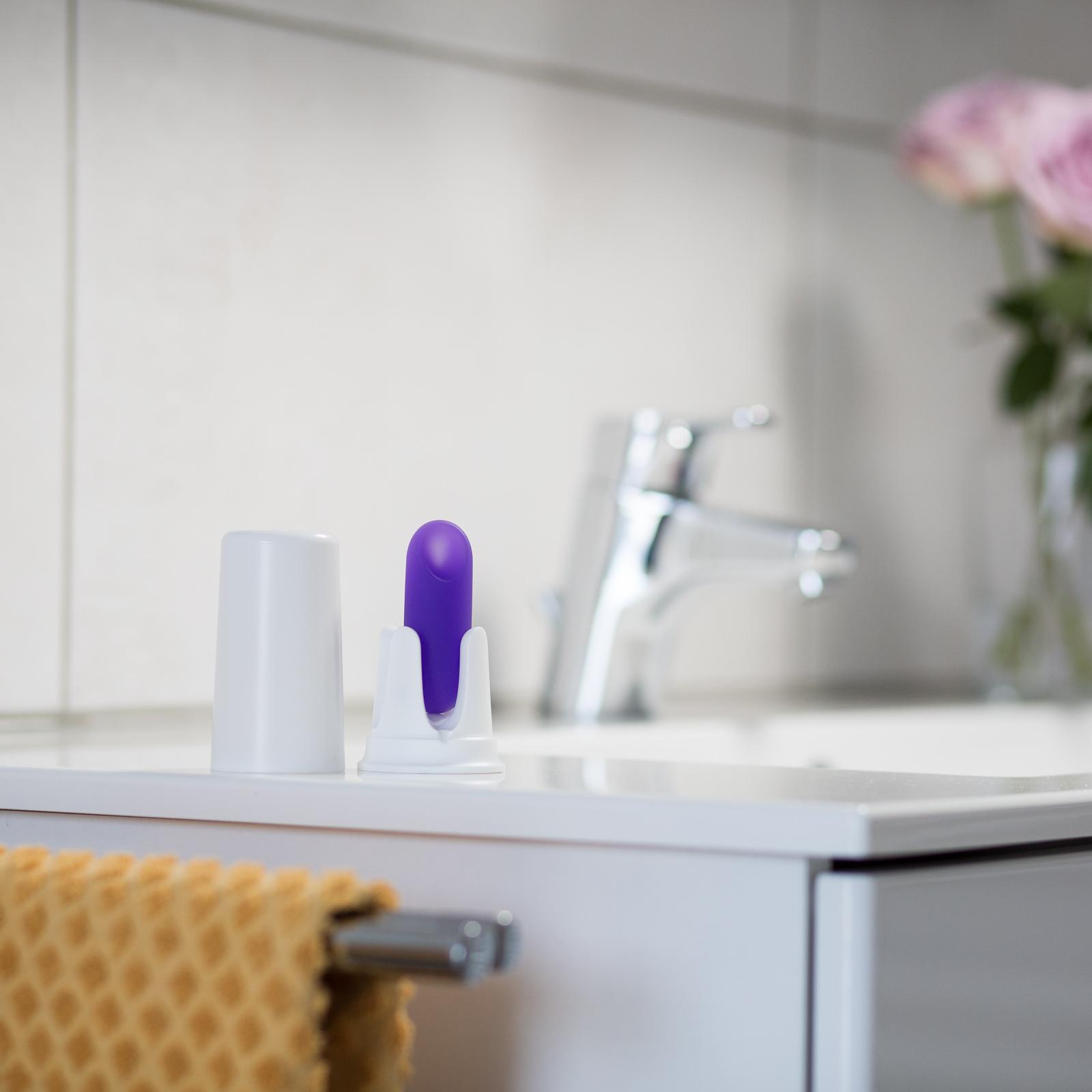Ein Trackle Sensor steht auf dem Waschbecken im Bad