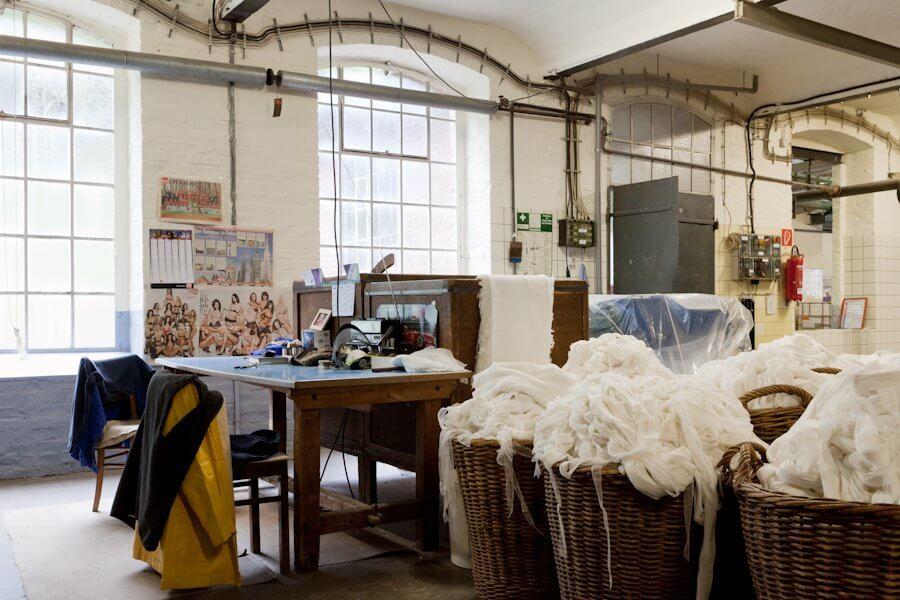 Mehrere Körbe mit Baumwollresten für die Papierproduktion