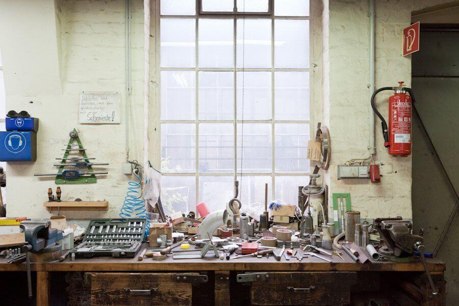 Auf einer Werkzeugbank liegt verschiedenes Werkzeug