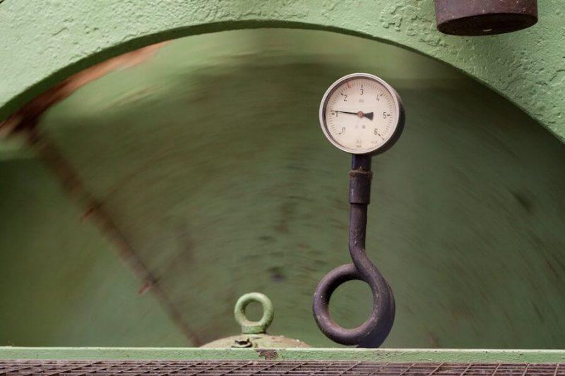 Die Trommel der Papiermaschine dreht sich und das Barometer zeigt den Druck an